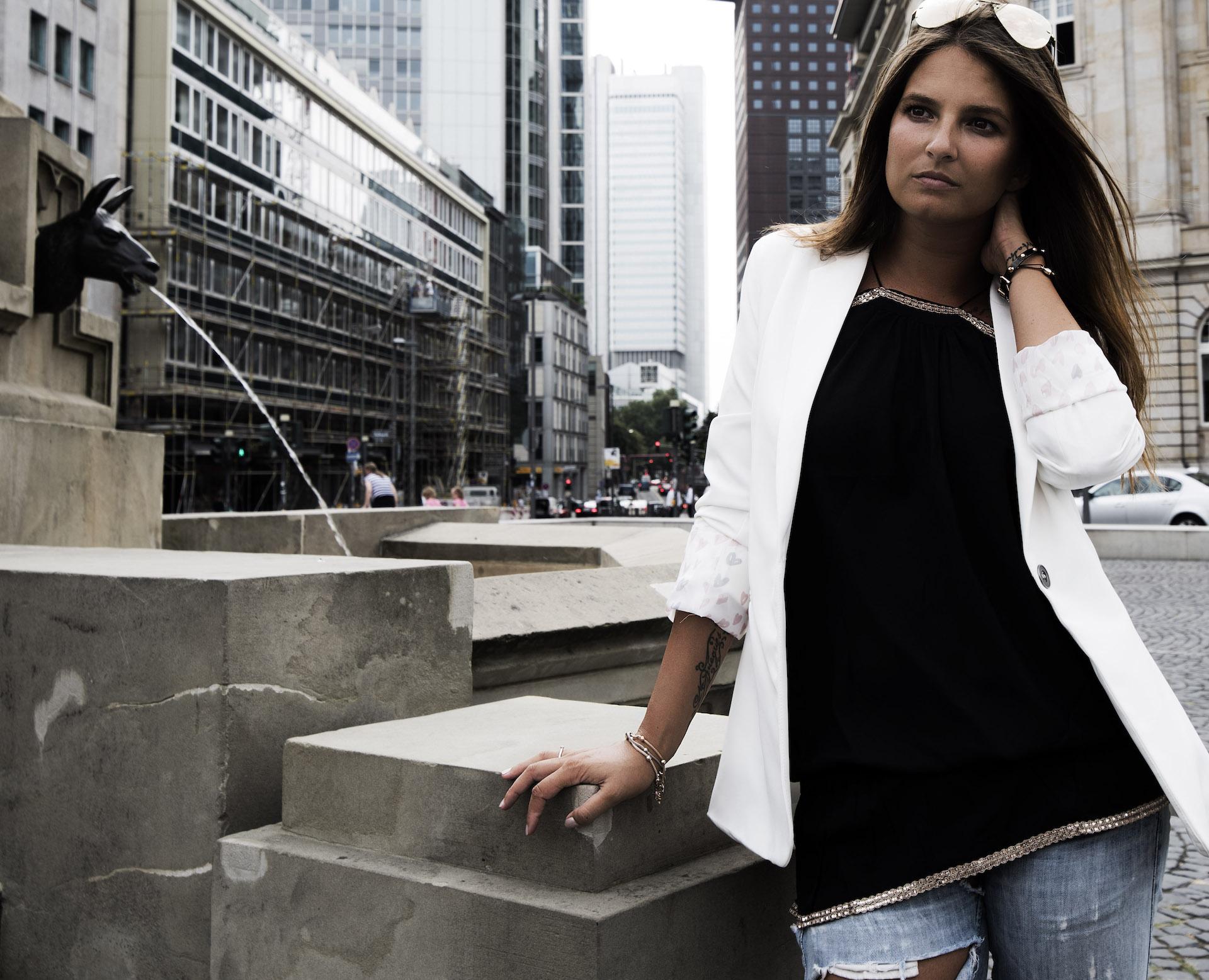 Weißer-Blazer-Frankfurt-Jeans